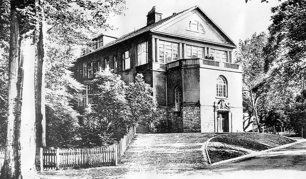 Blick auf das historische Krankenhaus vom Park